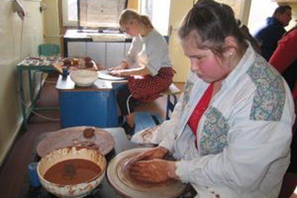 Práca za kruhom. Práca s hlinou môže byť pre niektorých študentov aj relaxom.