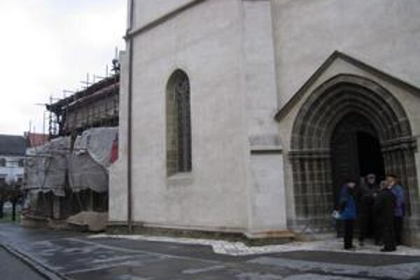 Reštaurátori plánujú obnoviť sakristiu, na tomto mieste už majú postavené lešenie.