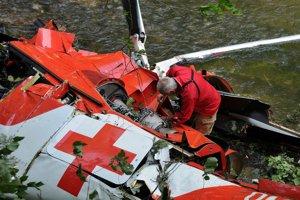 Muž rozoberá spadnutý vrak vrtuľníka.