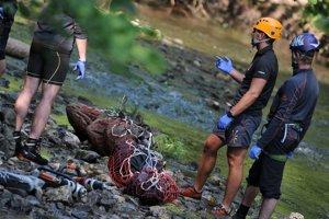 Horskí záchranári pripravujú mŕtve telá na transport vrtuľníkom počas záchranných prác po havárii vrtuľníka.