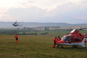 Vrtuľník Leteckej záchrannej služby Air Transport Europe a posádka čakajú na poli neďaleko obce Hrabušice.