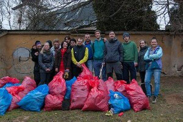 Z parku na Mariánskom vŕšku vyzbierali dobrovoľníci štyridsaťdva vriec odpadkov.