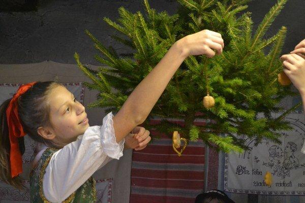 Predchodca vianočného stromčeka visel zo stropu, ozdobovali ho tým, čo sa našlo doma.