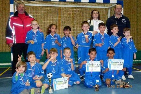 Víťazný tím. Mladí Lomničania sa preukázali na turnaji suverénnym dojmom.