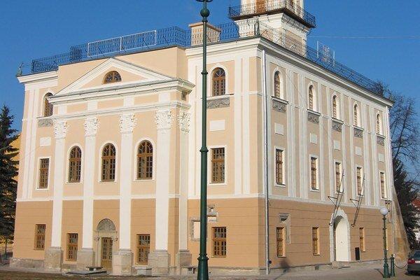 Dnešná kežmarská radnica. Stále je sídlom vedenia mesta. Strechu ivežu zdobia plechové delfíny.