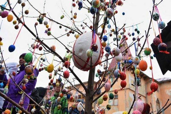 Veľkonočný strom ozdobilo 918 kraslíc.