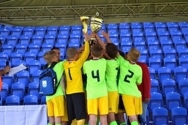Žilinčania zdvihli nad hlavy víťazný pohár.
