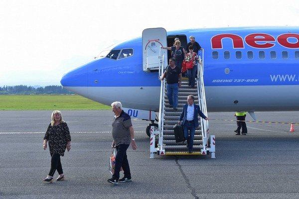 Cestujúci z izraelského Tel Avivu vystupujú z lietadla talianskej spoločnosti na novej charterovej linke.
