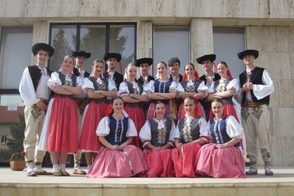 Chlapci a dievčatá z folklórneho súboru Bystrina. Aj oni sa predstavia v Štrbe.