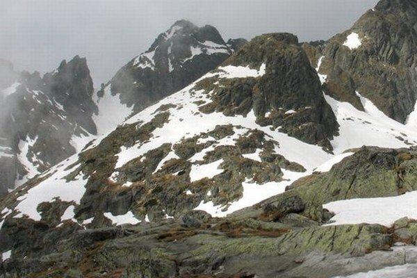 Od nedele bude pre turistov uzavreté aj Priečne sedlo (vľavo) medzi Studenými dolinami.