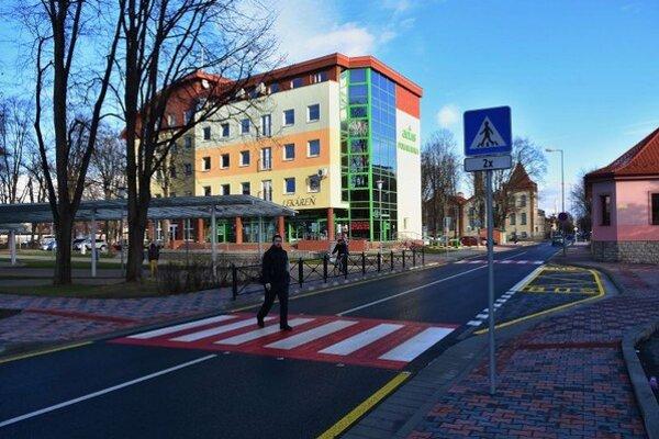 Na snímke muž prechádza cez prechod pre chodcov sa dievčatá na zrekonštruovanej Hviezdoslavovej ulici v Poprade.