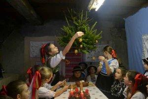 Vianočný stromček zo stropu. Skrášlili ho vlastnými skromnými ozdobami.