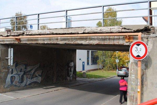 Stav mosta je katastrofálny. Trčí z neho aj železná konštrukcia.