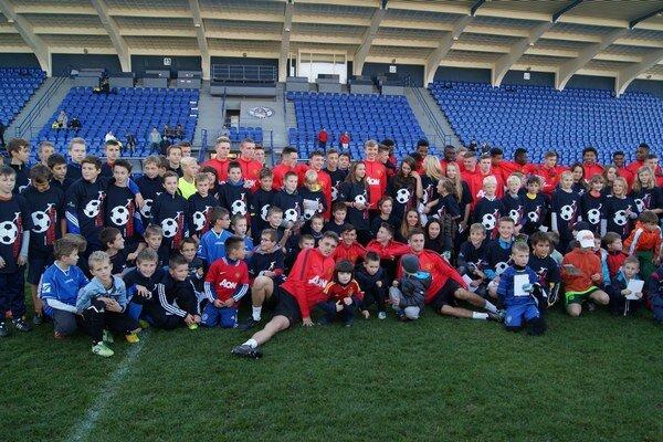 Otvorený tréning. Užili si ho spoločne futbalisti Manchestru aj malí hráči z regiónu.