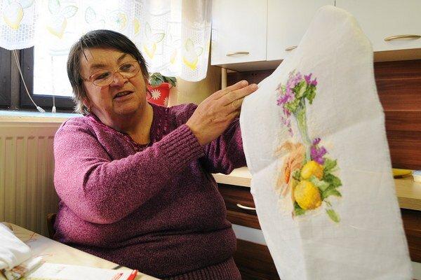 Výšivkárka Eva Kocanová ukazuje svoj najnovší výtvor.