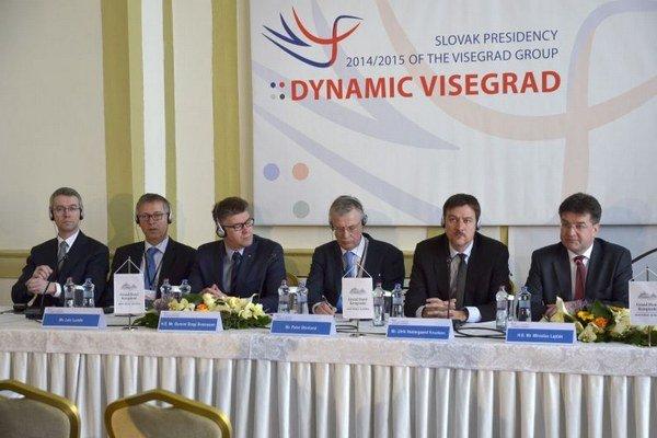 Miroslav Lajčák (vpravo) počas tlačovej konferencie pri príležitosti stretnutia ministrov zahraničných vecí krajín Visegrádskej štvorky a Severskej rady a pobaltských krajín.
