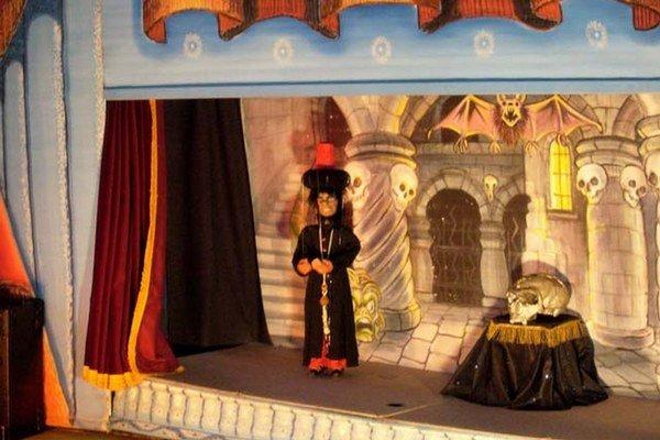 Aladinova zázračná lampa. Príbeh o duchovi v čarovnej lampe zahrá v nedeľu Strážanovo bábkové divadlo.