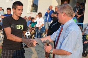 Vydarené trojbodové oslavy. Známy futbalový funkcionár Tibor Theis (vpravo) v nedeľu prijímal gratulácie k päťdesiatke. Futbalisti mu darovali tri body za víťazstvo nad Sp. Belou.