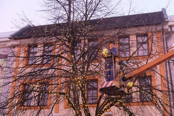 Pomaly sa blížia Vianoce aj v Poprade. Mesto začína s inštaláciou výzdoby v uliciach.