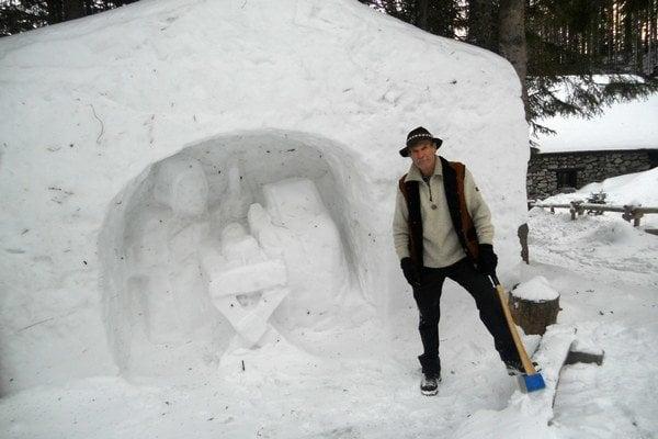 Chatár Petras a jeho betlehem. Aj tento rok zapózoval pri svojom výtvore zo snehu.