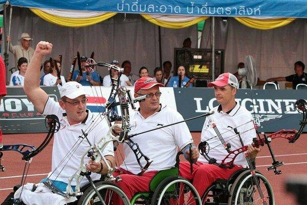 Naše družstvo. Zľava: Kaščák, Marečák, Pavlík po poslednom, rozhodujúcom šípe a obhajobe bronzu.