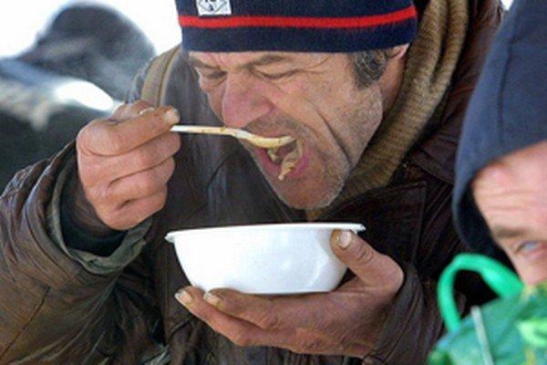 Bezdomovci môžu teplí jedlo denne získať v prievidzskej charite.