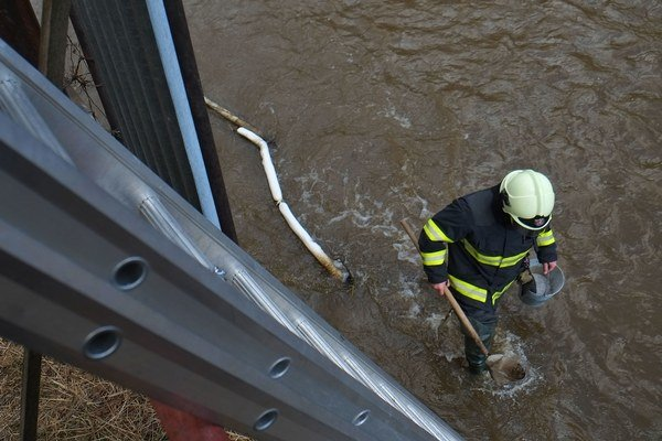 Odstraňovanie ropných látok z rieky Poprad.
