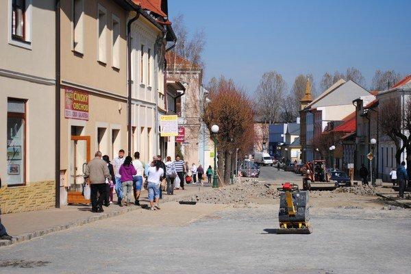 Ulica Dr. Alexandra v Kežmarku. Takto vyzerá najužšie miesto na chodníku.