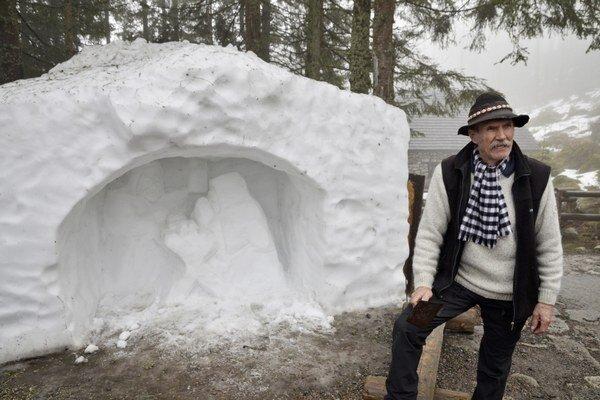 Peter Petras pri snehovom betleheme, ktorý je už minulosťou.