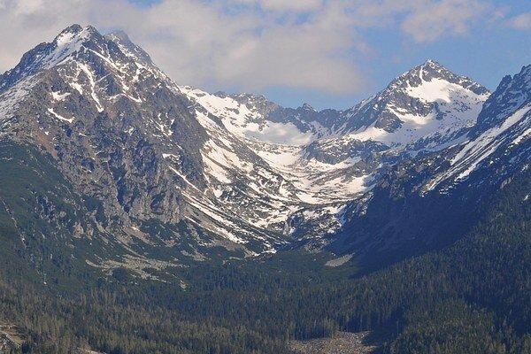 Po zime je už otvorená aj Mlynická dolina s priechodom do Furkotskej doliny cez Bystrú lávku (na snímke v ľavej časti).