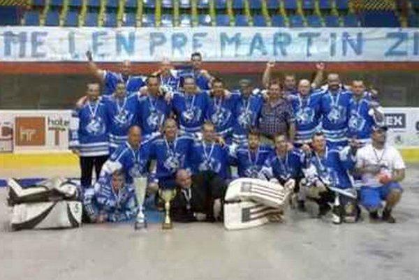 Víťazi turnaja. Fanklub Poprad triumfoval v Martine.