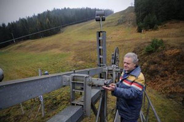 Vedúci obsluhy vlekov lyžiarskeho strediska Skichem v Lopušnej doline neďaleko Svitu Miroslav Hudák kontroluje najväčší vlek v stredisku H-130.