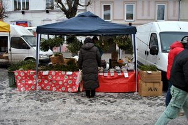 Atmosféra Vianoc. V Kežmarku nechýbal stánok s imelom.