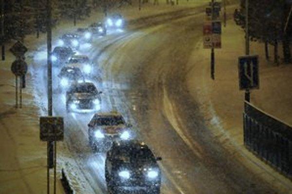 Silný vietor a husté sneženie komplikujú dopravu aj v Poprade.