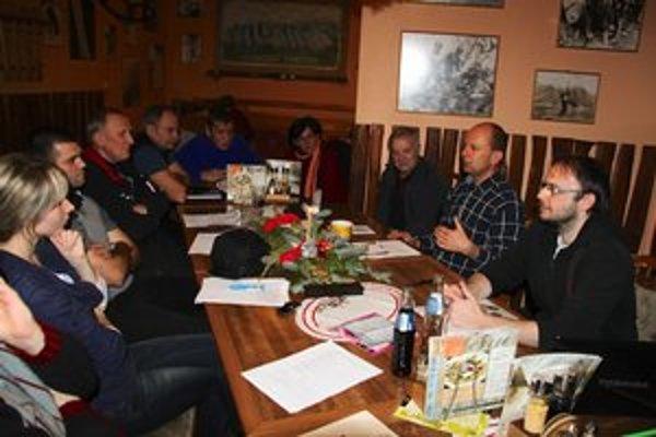 Občianska iniciatíva Naše hory. Michal Dugas (celkom vpravo) a Martin Porada (druhý sprava) bojujú za slobodný pohyb v horách.