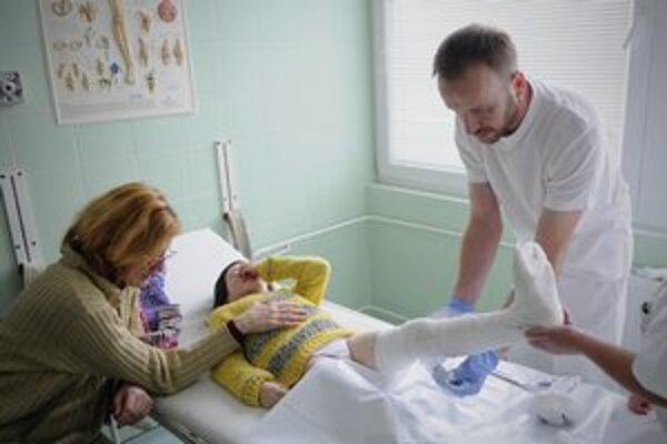 Dievčatko po úraze na svahu ošetrujú v popradskej nemocnici.