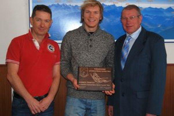 Ocenený lyžiar Adam Žampa (uprostred). Plaketu si prevzal z rúk Jána Mokoša (vpravo).