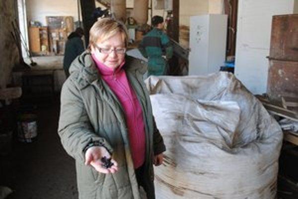 Ružena Dlhá. V ruke drží hnojivo vyrobené z ovčieho trusu.