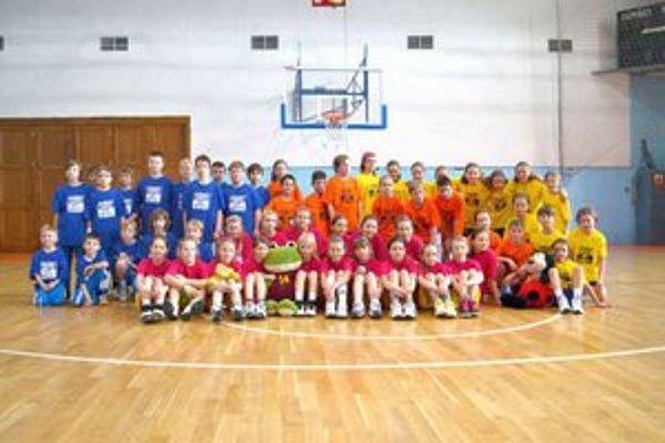 Spoločná fotka. Kategóriu mladších mini žiačok vyhrali Košičanky.