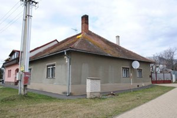 Komín je už bez hniezda. Netradičný prvok domu sa podarilo odstrániť až po ôsmich rokoch.