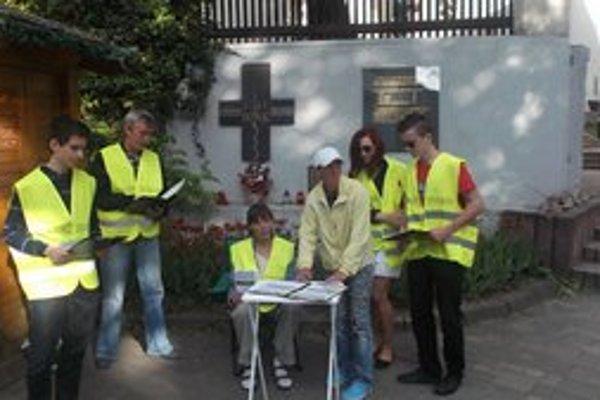 Zber podpisov pod novú petíciu. Dobrovoľníci zbierajú podpisy za odvolanie primátora v uliciach mesta.