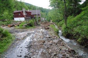 Cesta v obci je zničená.