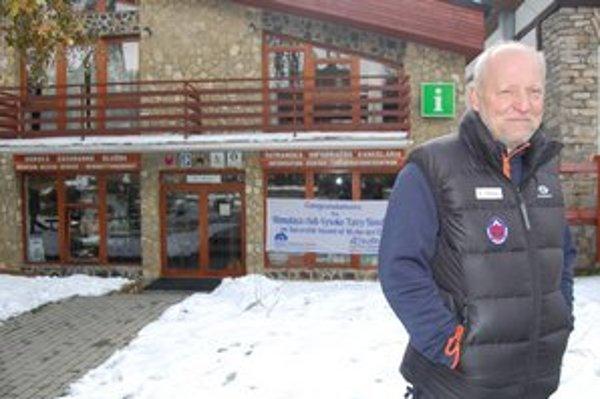Peter Šperka pre sídlom horských záchranárov v Tatrách.