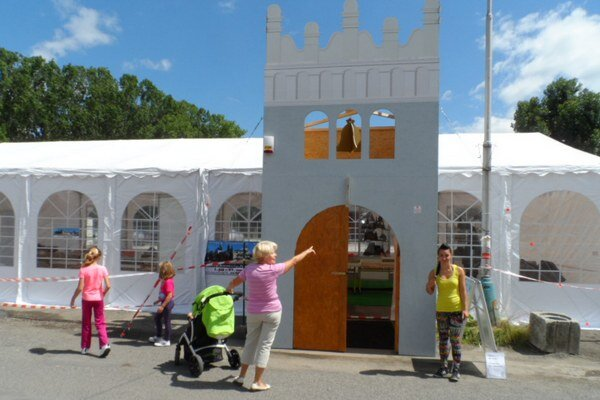 Kópia popradskej zvonice. Slúži ako vstupná brána výstavy.