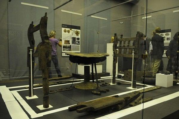 Mobiliár z kniežacej hrobky vystavený počas otvorenia výstavy v Podtatranskom múzeu.