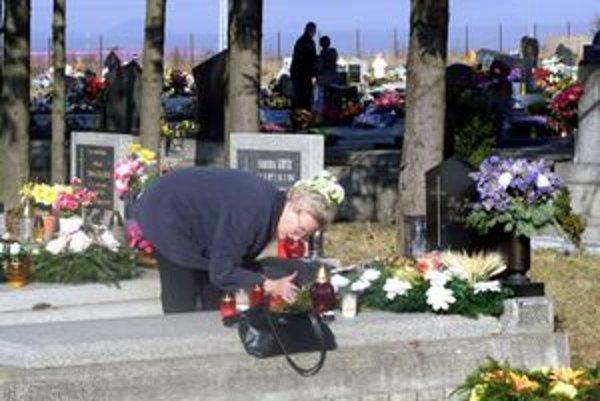 Pokojné sviatky na cintoríne. Väčšina ľudí prechováva k tomuto miestu úctu.