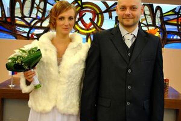 Šťastní mladomanželia. Ku gratulantom sa pripája aj Korzár.