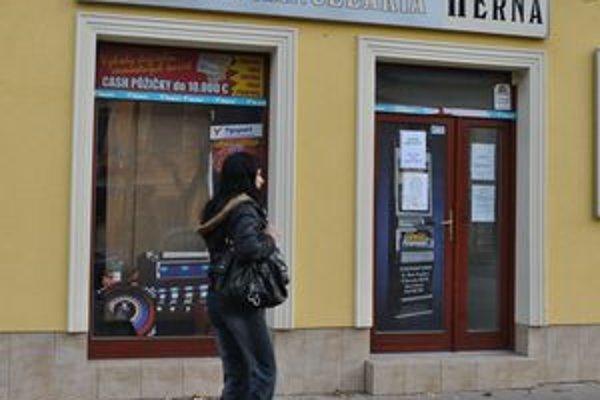 Stávková kancelária. V tejto herni a stávkovej kancelárii sa diali mesiac a pol poriadne čiernoty. Zamestnankyňa okradla svojho šéfa o takmer 50 000 eur.