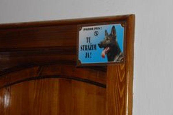 Byt majiteľov psov. Za týmito dverami bývajú, podľa susedov, problémové psy.
