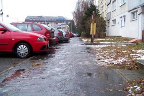 Nebezpečný ľad a sneh. Na niektorých miestach sa poľadovica držala počas celého dňa.